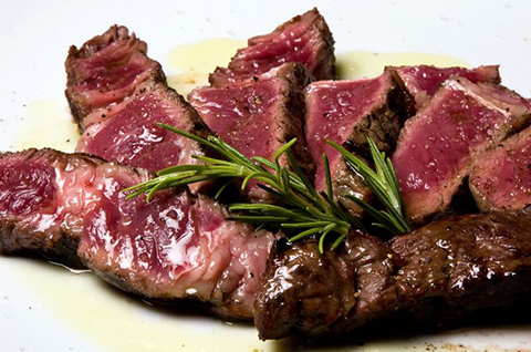 Entrecot tagliata with rosemary and garnish
